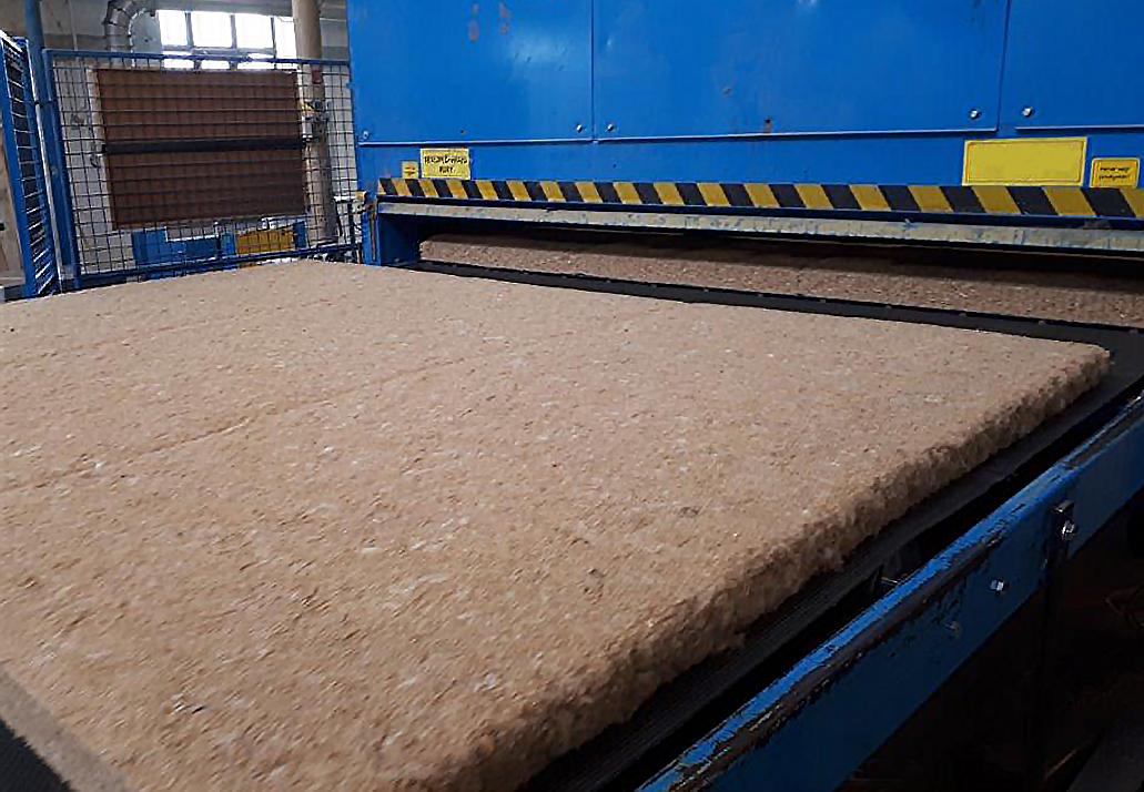 Dämmjute Produktion: Dämmplatten auf einer Maschine